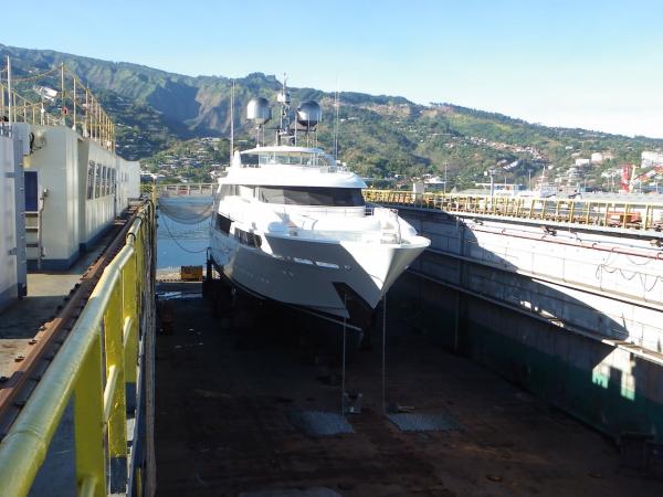 Le yacht Legacy à sec au dock flottant.