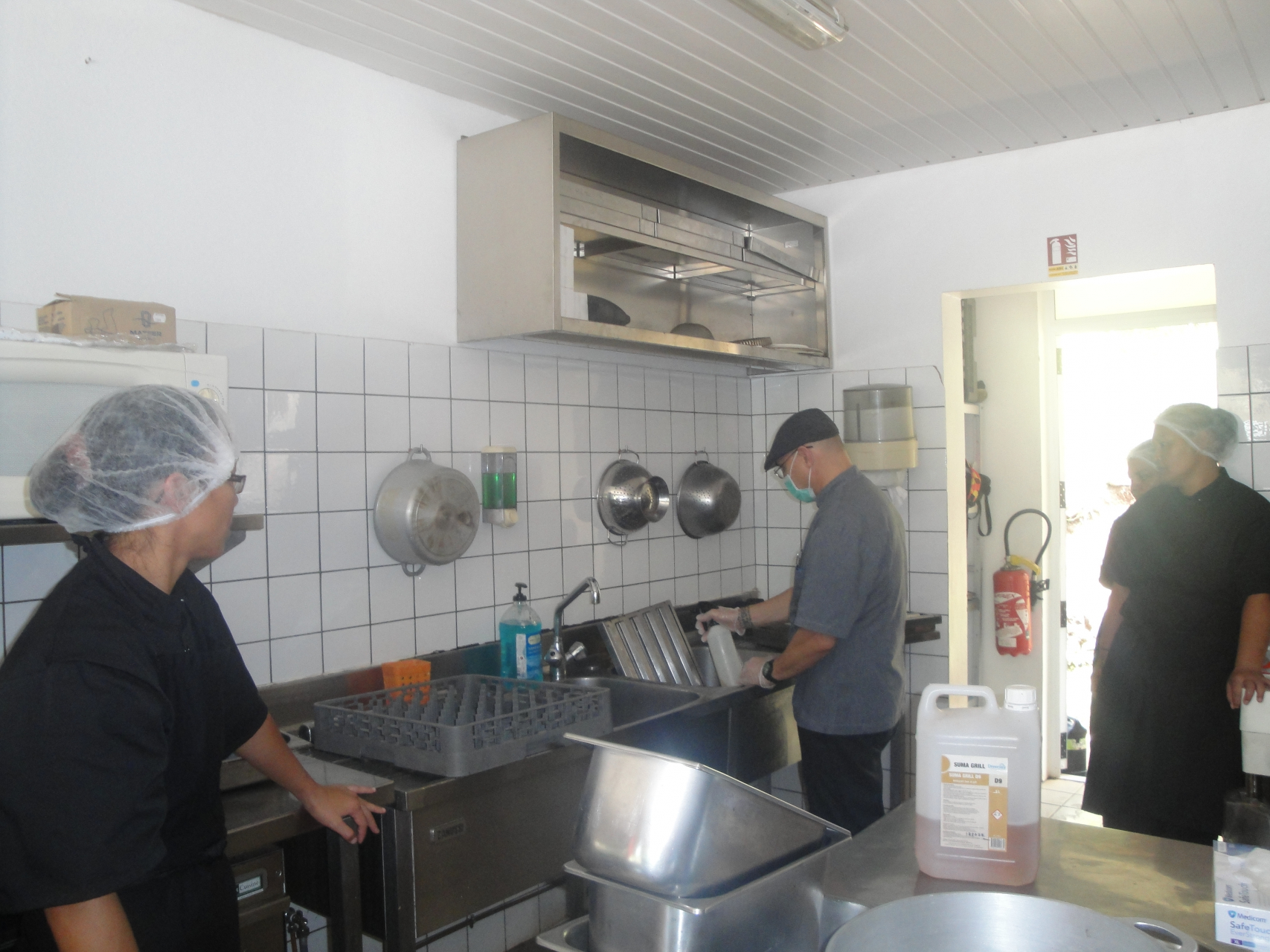 De futurs commis de cuisine chinoise en formation la - Formation chef de cuisine ...